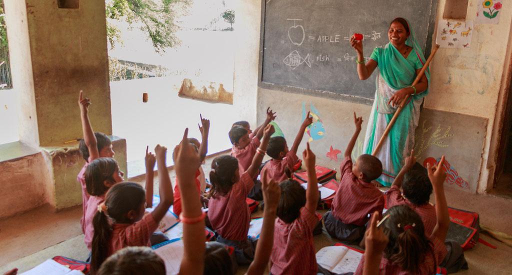 अपने मजबूत इरादों के साथ, शीला देवी जुडी हैं, गरीब आदिवासी बच्चों के भविष्य को बेहतर बनाने में।