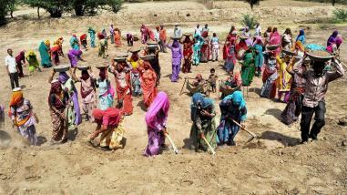 नरेगा के बजट मे कटौती और आधार लिंकित भुगतान कामगारों के हक का उल्लंघन: नरेगा संघर्ष मोर्चा